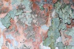 Κουρέλι ενός πολύχρωμου παλαιού χρώματος σε μια επιφάνεια ενός τοίχου πετρών Στοκ Εικόνες