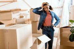κουρασμένα ανοίγοντας κουτιά από χαρτόνι κοριτσιών αφροαμερικάνων Στοκ φωτογραφία με δικαίωμα ελεύθερης χρήσης