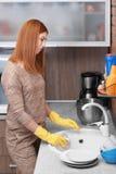Κουρασμένα πιάτα πλύσης νοικοκυρών Στοκ Εικόνες