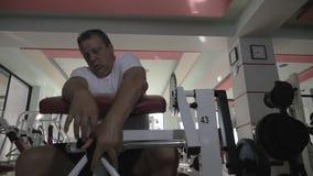 Κουρασμένες ασκήσεις λήξης ατόμων στην βάρος-ανύψωση της μηχανής απόθεμα βίντεο