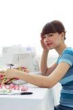 Κουρασμένες seamstress κοριτσιών και ράβοντας μηχανή στοκ εικόνα με δικαίωμα ελεύθερης χρήσης