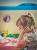 Κουρασμένη αλεπού χρωματισμού μικρών κοριτσιών Στοκ φωτογραφία με δικαίωμα ελεύθερης χρήσης