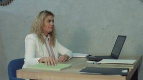 Κουρασμένη γυναίκα γραφείων που παίρνει ένα NAP στο γραφείο γραφείων απόθεμα βίντεο
