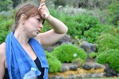 Κουρασμένη γυναίκα μετά από την άσκηση Στοκ φωτογραφία με δικαίωμα ελεύθερης χρήσης