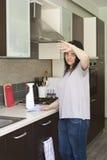 Κουρασμένη γυναίκα που καθαρίζει τα έπιπλα Στοκ εικόνα με δικαίωμα ελεύθερης χρήσης