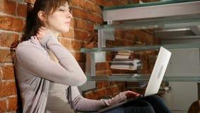 Κουρασμένη γυναίκα που προσπαθεί να χαλαρώσει, εργαζόμενη στο lap-top, τα σκαλοπάτια απόθεμα βίντεο