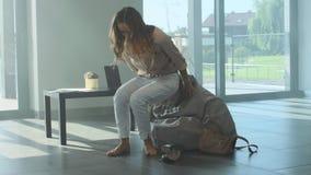 Κουρασμένη γυναίκα που shooes μετά από τη σκληρή ημέρα Τονισμένα undressing υποδήματα γυναικών φιλμ μικρού μήκους