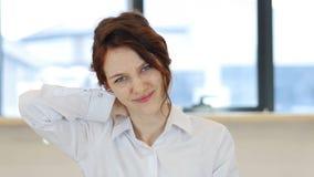 Κουρασμένη γυναίκα, πόνος λαιμών για την κόκκινη γυναίκα τρίχας Στοκ εικόνα με δικαίωμα ελεύθερης χρήσης