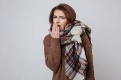 Κουρασμένη γυναίκα στο πουλόβερ και το μαντίλι Στοκ εικόνα με δικαίωμα ελεύθερης χρήσης