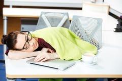 Κουρασμένη επιχειρηματίας που καλύπτεται με το γενικό ύπνο στον εργασιακό χώρο στοκ φωτογραφία με δικαίωμα ελεύθερης χρήσης