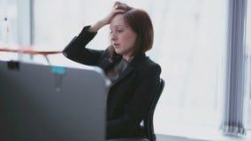 Κουρασμένη επιχειρηματίας στα καθήκοντα γραφείων απόθεμα βίντεο