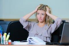 Κουρασμένη επιχειρηματίας στο γραφείο Στοκ φωτογραφία με δικαίωμα ελεύθερης χρήσης