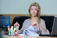 Κουρασμένη επιχειρηματίας στο γραφείο Στοκ Εικόνες