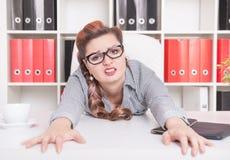 Κουρασμένη εργασία επιχειρησιακών γυναικών στην αρχή Στοκ εικόνες με δικαίωμα ελεύθερης χρήσης