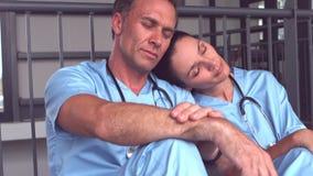 Κουρασμένη ιατρική ομάδα που πέφτει κοιμισμένη στο πάτωμα απόθεμα βίντεο
