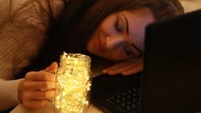 Κουρασμένη κινηματογράφηση σε πρώτο πλάνο γυναικών που λειτουργεί σε έναν υπολογιστή αργά στη νύχτα Εξετάζει τα φω'τα, κλείνει τα φιλμ μικρού μήκους