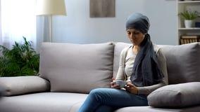Κουρασμένη νέα γυναίκα με τη συνεδρίαση καρκίνου στο σπίτι και το τσάι κατανάλωσης, απαλλαγή στοκ φωτογραφίες με δικαίωμα ελεύθερης χρήσης