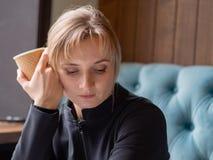 Κουρασμένη, νυσταλέα νέα γυναίκα στοκ φωτογραφία