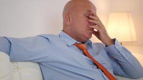 Κουρασμένη συνεδρίαση επιχειρηματιών σε έναν καναπέ και να κατασταθεί άνετος φιλμ μικρού μήκους
