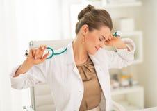 Κουρασμένη συνεδρίαση γυναικών ιατρών στην αρχή Στοκ Εικόνες