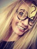 Κουρασμένη τρελλή γυναίκα μετά από την εντατική σκέψη Στοκ φωτογραφία με δικαίωμα ελεύθερης χρήσης