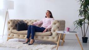 Κουρασμένη χιλιετής γυναίκα που έρχεται κατ' οίκον μετά από την εργασία απόθεμα βίντεο