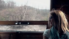 Κουρασμένοι γύροι κοριτσιών στο τραίνο φιλμ μικρού μήκους