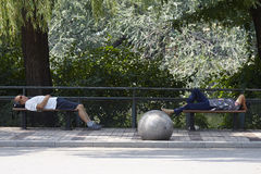 Κουρασμένοι επισκέπτες που κοιμούνται στις δημόσιες καρέκλες Στοκ εικόνα με δικαίωμα ελεύθερης χρήσης