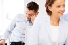 Κουρασμένοι επιχειρηματίες που κοιμούνται στη διάσκεψη Στοκ φωτογραφία με δικαίωμα ελεύθερης χρήσης
