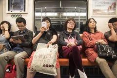 Κουρασμένοι κάτοχοι διαρκούς εισιτήριου τραίνων, Σαγκάη Στοκ Φωτογραφία