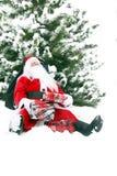 Κουρασμένος Άγιος Βασίλης στο χιόνι Στοκ Εικόνες