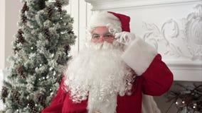 Κουρασμένος Άγιος Βασίλης που ξυπνά από ένα NAP για να συνεχίσει τα Χριστούγεννα παρουσιάζει απόθεμα βίντεο