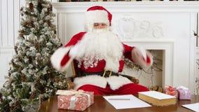 Κουρασμένος Άγιος Βασίλης που ξυπνά από ένα NAP για να συνεχίσει παρουσιάζει απόθεμα βίντεο