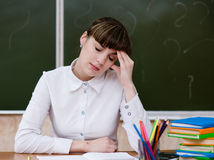 Κουρασμένος δάσκαλος στην τάξη στοκ εικόνα