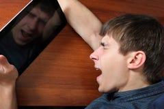 Κουρασμένος έφηβος με την ταμπλέτα Στοκ Εικόνες