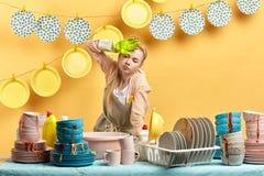Κουρασμένος εξαντλημένος καθαριστής που στέκεται στην κουζίνα και το χέρι λαβής στο μέτωπο στοκ εικόνες