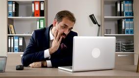 Κουρασμένος εξαντλημένος και καταθλιπτικός επιχειρηματίας στο γραφείο του φιλμ μικρού μήκους