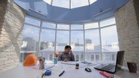 Κουρασμένος, εξαντλημένος, επιχειρηματίας που ρίχνει έναν σωρό των εγγράφων σε ένα καθαρό φωτεινό γραφείο φιλμ μικρού μήκους