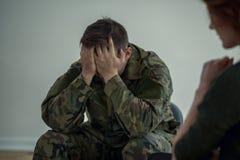 Κουρασμένος επαγγελματικός στρατιώτης με το συναισθηματικό πρόβλημα κατά τη διάρκεια της συνεδρίασης με τον ψυχοθεραπευτή στοκ φωτογραφία με δικαίωμα ελεύθερης χρήσης
