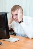 Κουρασμένος επιχειρηματίας που εργάζεται στον υπολογιστή στο γραφείο Στοκ Εικόνα