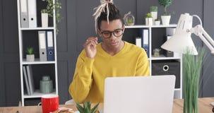 Κουρασμένος επιχειρηματίας που εργάζεται στο lap-top απόθεμα βίντεο