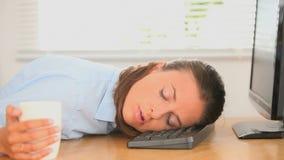 Κουρασμένος εργαζόμενος γραφείων θηλυκών απόθεμα βίντεο