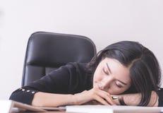 Κουρασμένος εργαζόμενος γραφείων που παίρνει ένα NAP στο γραφείο γραφείων Στοκ Εικόνες