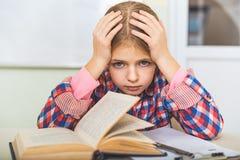 Κουρασμένος θηλυκός έφηβος στο δωμάτιο Στοκ φωτογραφίες με δικαίωμα ελεύθερης χρήσης