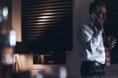 Κουρασμένος και λυπημένος μέσης ηλικίας επιχειρηματίας που μιλά στο τηλέφωνο και το χ Στοκ εικόνες με δικαίωμα ελεύθερης χρήσης