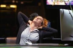 Κουρασμένος λαιμός Διευθυντής ξενοδοχείων Μια γυναίκα-υποδοχή που πάσχει από τον πόνο λαιμών Συναίσθημα που κουράζεται θηλυκό, εξ στοκ φωτογραφίες