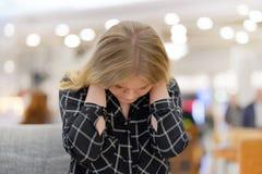 Κουρασμένος λαιμός Πόνος στο λαιμό ενός νέου κοριτσιού από την κούραση στοκ εικόνα με δικαίωμα ελεύθερης χρήσης