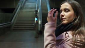 Κουρασμένος μετά από το χασμουρητό γυναικών εργασίας που περιμένει το τραίνο στον υπόγειο, αγχωτική ζωή απόθεμα βίντεο