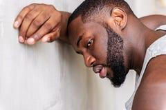 Κουρασμένος νέος αφρικανικός αθλητικός τύπος που έχει το χρόνο αναψυχής Στοκ Φωτογραφία