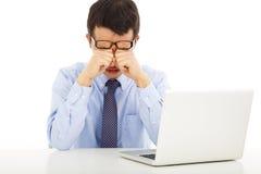 Κουρασμένος νέος επιχειρηματίας που τρίβει τα μάτια του στοκ εικόνα με δικαίωμα ελεύθερης χρήσης